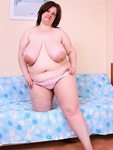 Busty fat hoochie spreads her thick hips on camera