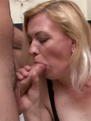 Mature slut getting skewered by two cocks